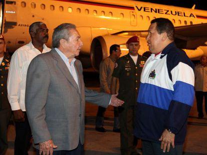 Raul Castro, a la izquierda, recibe a Chávez en el aeropuerto de La Habana, el 8 de abril