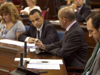 El presidente del Gobierno Balear, José Ramón Bauzá (d) y la consejera de Educación, Cultura y Universidades, Joana Camps Bosch (i), durante un pleno celebrado hoy en el Parlamento balear.