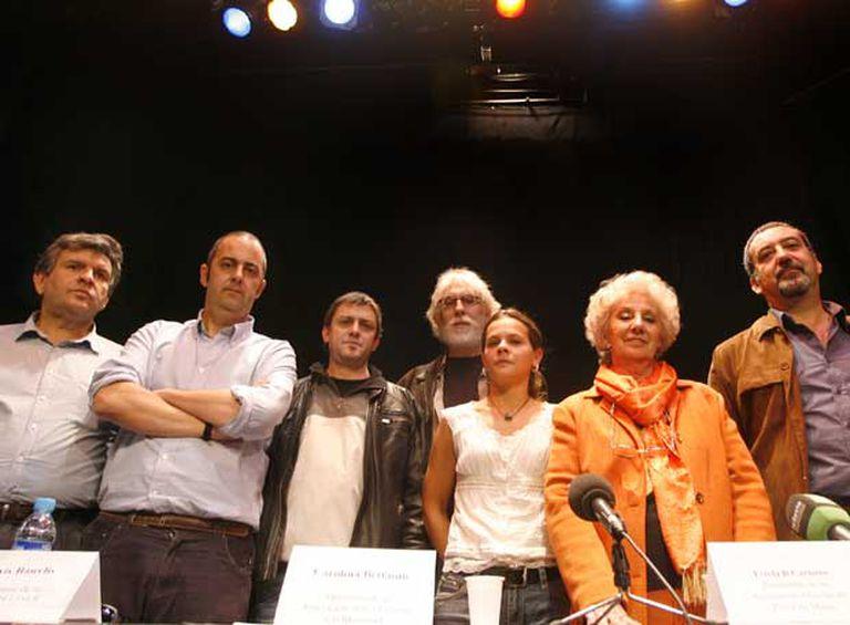 La presidenta de Abuelas de la Plaza de Mayo, Estela B. de Carlotto (en primer plano), presenta el ciclo teatral <i>Niños perdidos</i>.