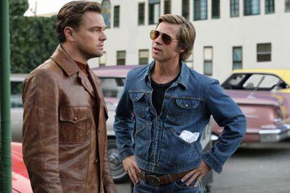 Pitt y DiCaprio, como Cliff y Rick, en 'Érase una vez en Hollywood' (2019).