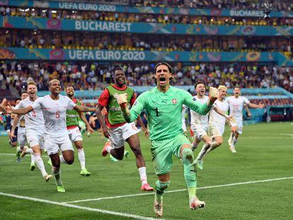 El portero suizo Yann Sommer celebra el pase a cuartos tras detener el penalti a Mbappé.