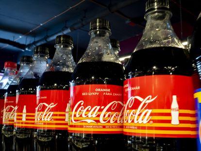 Botellas de Coca-Cola en un supermercado de Kiev, Ucrania, en febrero.