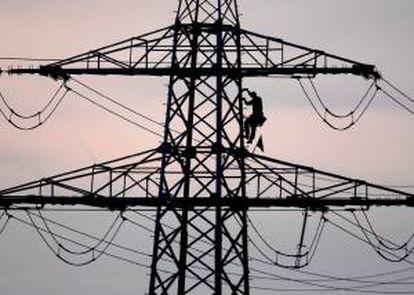 Un trabajador en una torre eléctrica para hacer unos ajustes. EFE/Archivo