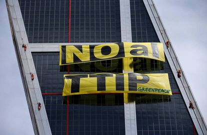 Activistas de Greenpeace despliegan un cartel contra el TTPI.