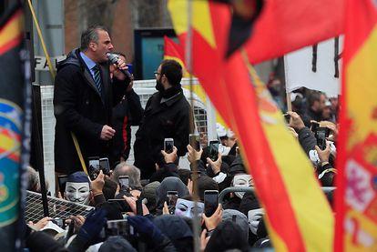 El secretario general de Vox, Javier Ortega Smith, interviene en concentración de Jusapol frente al Congreso del pasado 3 de marzo.