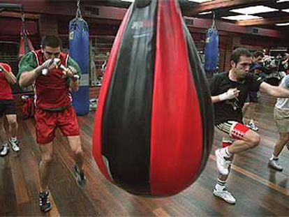 Un grupo de clientes se entrena en las instalaciones del gimnasio Barceló, el pasado miércoles.
