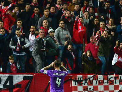 Sergio Ramos se encara con los hinchas radicales del Sevilla después de marcar el 3-2 en Copa.