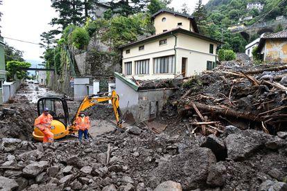 Operarios trabajan en las tareas de desescombro de Laglio, al norte de Italia, tras las inundaciones, en una imagen del 28 de julio de 2021.