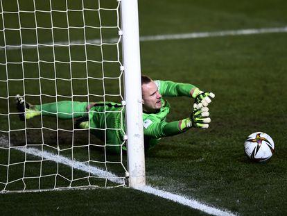 Ter Stegen detiene un penalti durante la temporada.