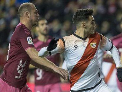 """¡Eres un nazi!"""", corea la afición vallecana, que frustró el fichaje del ucranio en 2017. Es la primera vez que se cancela un partido en España por cánticos ofensivos"""