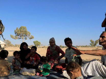 Una familia de desplazados de Raqa, en el campo de Tawayneh, el pasado domingo.