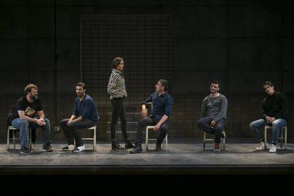 De izquierda a derecha, Fran Cantos, Álex García, María Hervás, Raúl Prieto, Ignacio Mateos y Martiño Rivas, en los últimos ensayos de 'Jauría'.