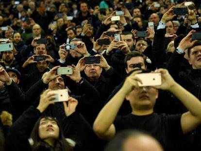 Fans usan sus móviles en un partido de fútbol en Reino Unido, en marzo.