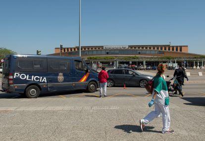 Efectivos de la Policía realizando un control de seguridad de vehículos delante de la estación de Santa Justa de Sevilla.
