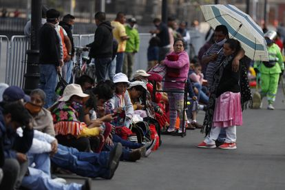 Protesta de comunidades indígenas frente al Palacio Nacional para reclamar apoyos, este lunes.