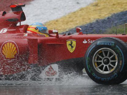 Gran Premio de Malasia: Alonso vence tras partir desde la octava posición en una carrera interrumpida durante una hora por la lluvia. Vettel finaliza undécimo, fuera de los puntos, y el español toma el liderato del Mundial