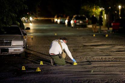 Un técnico forense marca las pruebas en el sitio donde fue asesinado un periodista en Ciudad de Juárez, el pasado octubre.