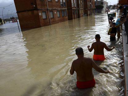 Calle inundada en Almoradí (Alicante) este viernes.