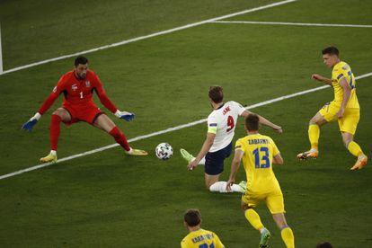 Harry Kane marca el primero de sus dos goles a Ucrania en el Olímpico de Roma.