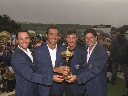 Ignacio Garrido, Seve Ballesteros, Miguel Ángel Jiménez y Chema Olazabal, con el trofeo de 1997 en Valderrama.