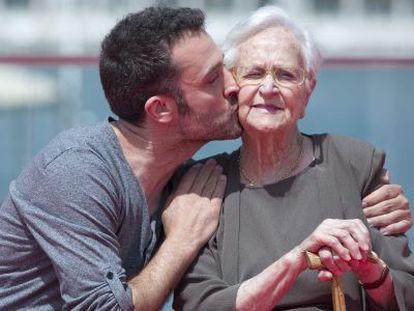 Daniel Guzmán besa a su abuela y también actriz, Antonia Guzmán, en Málaga.