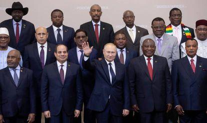 El presidente ruso (centro) junto al presidente de Egipto, Abdel Fatah Al Sisi (a su derecha), el sudafricano Cyril Ramaphosa (a su derecha) y otros 39 líderes africanos, este jueves en la Cumbre Rusia - África de Sochi.