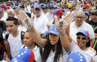 Los venezolanos se manifiestan contra la violencia en su país.