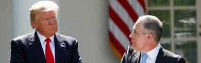 El presidente de EE UU, Donald Trump, escucha al director de la Agencia de Protección Ambiental Scott Pruitt tras anunciar la salida de EE UU de los acuerdos de París.
