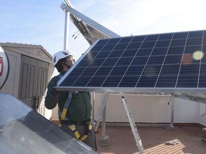 Un trabajador ajusta un panel solar de la Agencia Andaluza de la Energía.