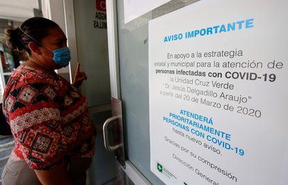Una mujer espera en una consulta médica en Guadalajara