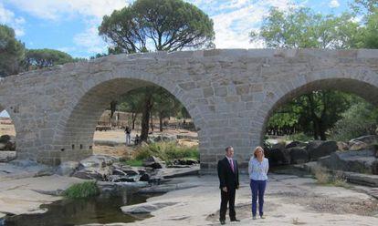 El puente Mocha tras su restauración, inaugurado ayer por la Consejera de Cultura, Ana Isabel Mariño, y el alcalde de Valdemaqueda.