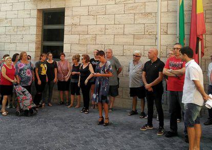 Participantes del minuto de silencio por el asesinato de un menor de 11 años en Beniel. En el centro, la alcaldesa, Mari Carmen Moreno.