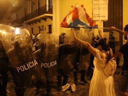 Manfiestantes durante la protesta contra el gobernador Ricardo Rossello en San Juan.
