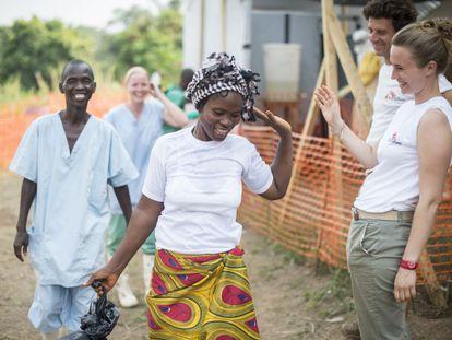 Una superviviente del ébola se despide tras el alta en un centro de Médicos Sin Fronteras en Guekedou (Guinea), en 2014.