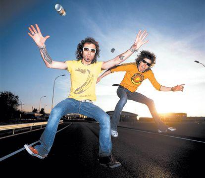 Leiva y Rubén, de Pereza, saltando en un asfalto que antes de ser famosos pintaban.