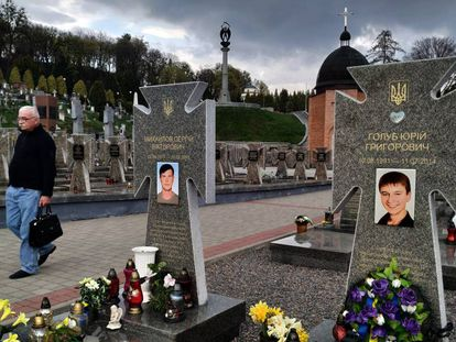 Tumbas de muertos en la guerra en el Este, este miércoles en el cementerio de Lychakiv, en Lviv.