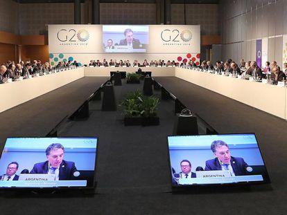 El ministro de Economía de Argentina, Nicolás Dujovne, habla durante la reunión de ministros de de Finanzas del G-20, en Buenos Aires,