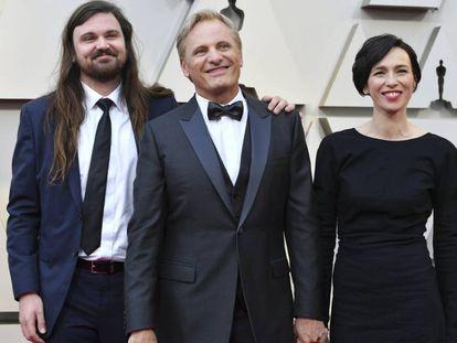 Viggo Mortensen flanqueado por su pareja, la actriz española Ariadna Gil y su hijo Henry, a su llegada este domingo a la ceremonia de los Oscar.