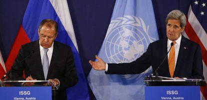 El ministro ruso de Exteriores, Seguéi Lavrov, y el secretario de Estado de EE UU, John Kerry, en Viena