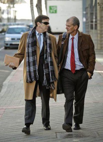 Fuentes, junto a su abogado, a la llegada al juzgado.