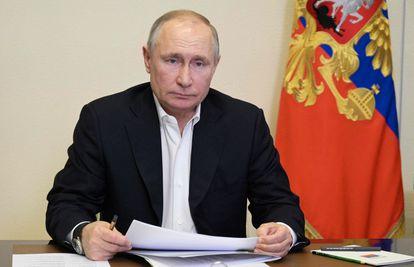 El presidente ruso Vladimir Putin, durante una teleconferencia con su gabinete en su residencia de Novo-Ogaryovo, en las afueras de Moscú, el 19 de abril.