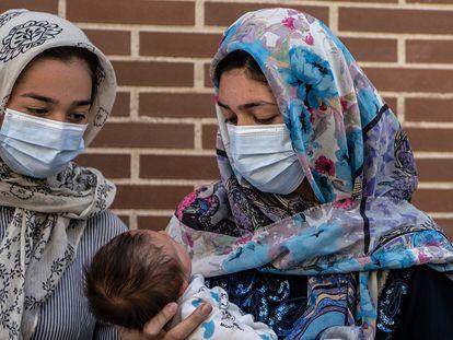 Familia afgana evacuada por España desde el aeropuerto de Kabul, Afganistan.