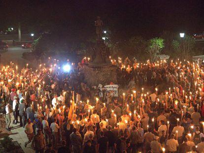 Decenas de supremacistas blancos con antorchas de fuego, el viernes en Charlottesville