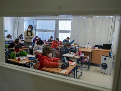 Alumnos en un aula del colegio Maestro Antonio Reyes Lara, en la localidad sevillana de Gines.