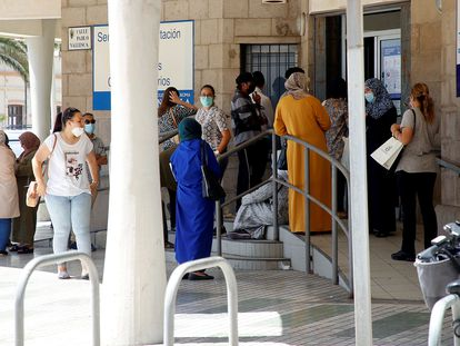 Varias personas esperan su turno para solicitar los documentos con los que pedir el ingreso mínimo vital, el pasado junio en Melilla.