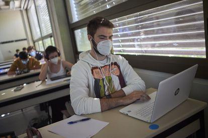 Estudiantes en una de las clases de las 'aulas espejo' en la Universidad Pública de Navarra, el pasado septiembre.