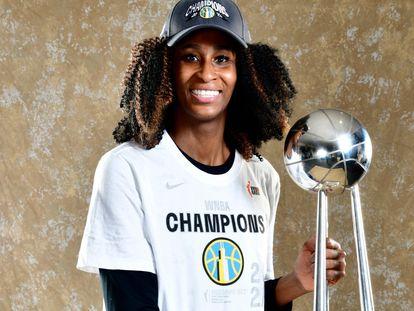 Astou Ndour, con el título de campeona de la WNBA.