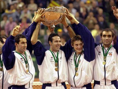 Duarte, Costa, Corretja, Ferrero y Balcells levantan la 'Ensaladera', el 10 de diciembre de 2000 en el Sant Jordi. / DENIS DOYLE (AP)