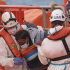 GRAFCAN7480. ARGUINEGUÍN (GRAN CANARIA), 12/04/2021.- La embarcación de Salvamento Marítimo Guardamar Talía ha rescatado a 160 kilómetros de la isla de Gran Canaria a 29 inmigrantes subsaharianos que trataban de llegar a la isla en una patera, 21 varones y una mujer. El grupo ha llegado esta tarde al puerto de Arguineguín, en el sur de Gran Canaria. EFE/Ángel Medina G.