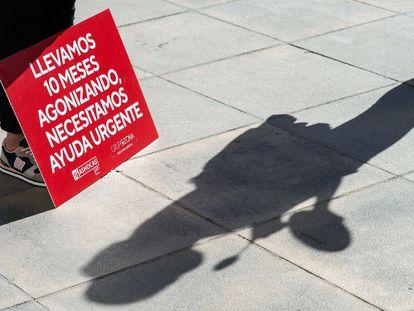 Cartel de protesta por el cierre de la hostelería valenciana.